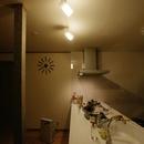 AFTER:フルフラットキッチンは、照明の効果で、昼と夜が違う雰囲気に
