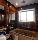 AFTER:濃い色の壁を採用し高級感ある浴室に