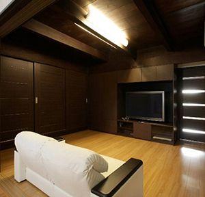 造り付けの収納棚には、衣類やAV機器、テレビを収納。 右手奥のドアの向こうが寝室々