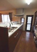 AFTER 半独立型のキッチンは、手元が隠れるセミオープンタイプ。