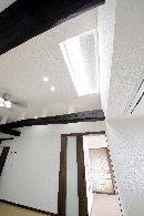 AFTER 東側に大開口の窓が取れなかったこともあって、ガラス瓦を採用し、天井から光を取り入れたリビング。
