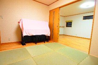 AFTER 縦横の向きを変えた和室。フチなしの畳を採用し、ピアノを置く部分はフローリングに。