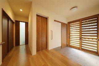 解放感があり、明るくなった玄関。玄関横にあった続き間の和室を解体し、書斎(左奥のドア)とクローゼット(中央のドア)に。クローゼットは玄関土間からも入れるように(左のドア)
