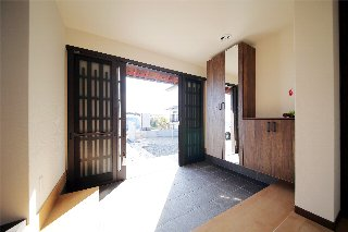 AFTER 落ち着いた雰囲気の玄関は、たっぷり入る、玄関収納を設置