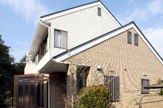 外壁は、断熱性に優れた金属サイディング「はる一番」を上貼り、屋根は、金属製屋根「エバールーフ」を採用。カントリー調の2トンカラーですっきりと仕上げています。