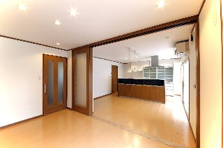 和室を洋間にして、ダイニングキッチンと合わせて大空間のリビングになるようにしました。扉で仕切ることができるので、シーンに合わせた使い方ができます。