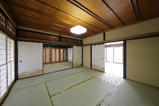 4つの和室のうち、二間は洋室にしてリビングに(右) 建具だけで仕切られていたところは、半分を壁にしてじゅらくを塗って仕上げています。 奥に見える扉の向こうが玄関ホール。