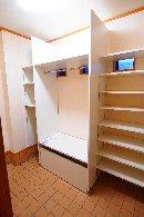 AFTER 棚をつくりつけ、収納力のある玄関横のクローゼット。