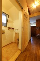 AFTER トイレのドアは引き戸にして開口を広くとっています。