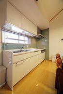 AFTER:セパレートタイプの古いキッチンは、収納力のある、明るいシステムキッチンに。