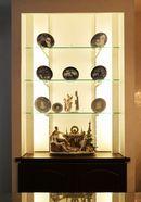 AFTER:造りつけの飾り棚はガラスの棚を入れ、間接照明でクリスタルさを演出。飾り棚の下はパソコンのルーター類を入れる収納庫に。