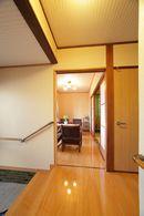 AFTER:玄関の既存部分の雰囲気と合わせて壁紙をチョイス。落ち着いた和風の玄関ホールに。