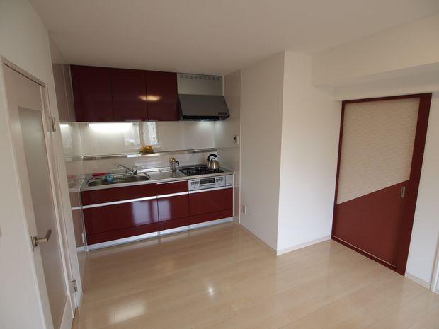 キッチンの赤い色をアクセントカラーに、部屋の建具などに取り入れました