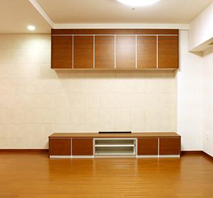 広々としたリビングには、パナソニックキュビオスを設置。壁面は自然素材から生まれたINAXエコカラットを採用。