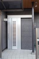 AFTER:シックな片引き戸の玄関ドア。(玄関外側)