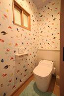 AFTER:アニメキャラクターの壁紙を貼ったトイレ。子どもたちのお気に入り空間に。