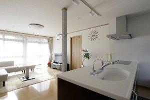 施工後のLDK。吊戸棚を設置せず、明るくオープンな対面式キッチンに