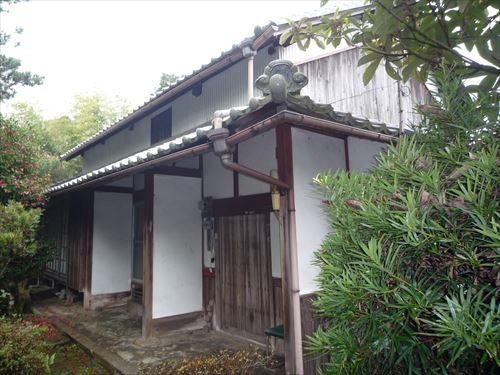 施工前のG・I邸 土壁と瓦屋根で、基礎も束石という昔ながらの建物でした。