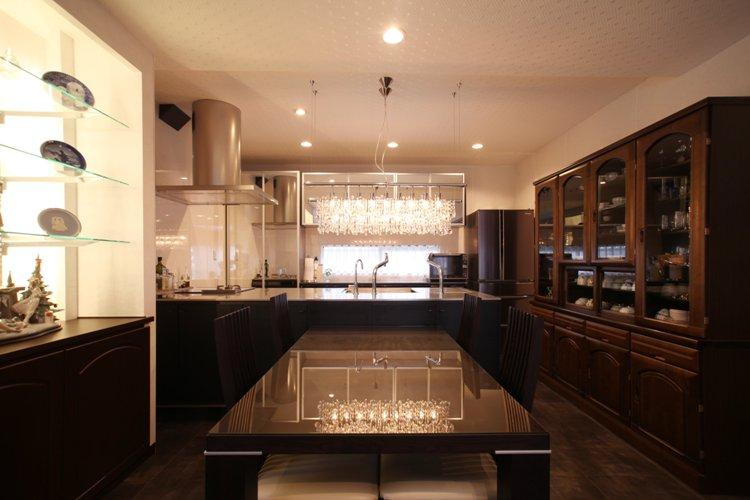 クリスタルな雰囲気の、Y邸のダイニングキッチン。