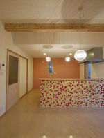 当社施工例 奥の壁一面だけを、アクセントカラーに、 オレンジ系の壁紙にして、南欧風カフェをイメージ カウンターのモザイクタイルも効果的