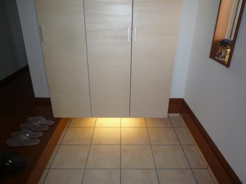 当社施工例 玄関収納庫の下に照明を取り付けた例。 小さな工夫ですが、雰囲気づくりに効果的です。