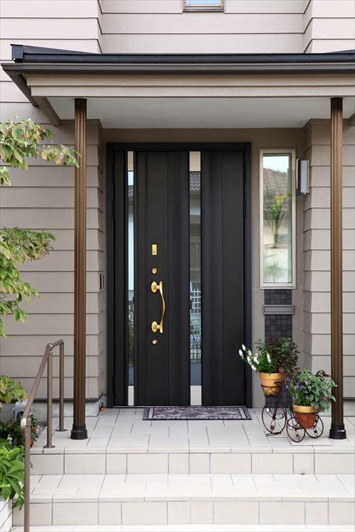 玄関ドアの横にショウウインドーを造りつけ、季節の花などを飾ります