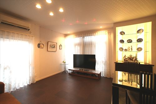 リビングの天井は星空をイメージ。星座の形に小さなLEDを配置、7色に変化して ロマンチックな空間を演出