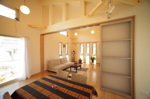 窓の形もアクセントになる洋室 扉の上部にもアクリル板を入れて灯りとりに