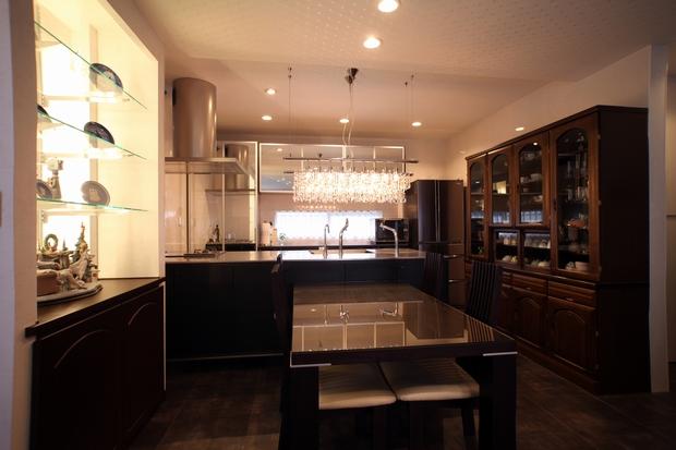 シャンデリアがまぶしいスタイリッシュなキッチンのY邸。ゴージャスでデザイン性の高い対面式フルオープンキッチンを採用し、それに合わせて周辺をプランニング