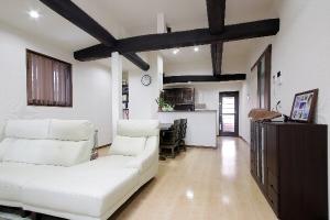 LDKは天井を高くして梁を見せた、開放的な空間に。 料理好きな奥さんの希望を反映した、広々とした対面式キッチンに
