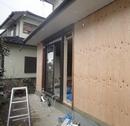 玄関の位置を移動し、もとの玄関のところは構造用合板を張って耐震強化。