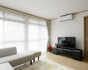窓にはペアガラス、床、天井にも断熱材を入れて断熱性をアップ。ひだまりがあふれるリビングは、冬場でも暖かい空間に