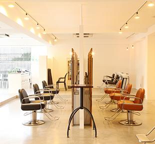 AFTER:オーナー様のお気に入りの一枚。 鏡を前にシンメトリーに並ぶ椅子。