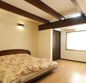 タンスに囲まれ納戸になっていた暗い和室は、陽だまりが心地よい寝室に
