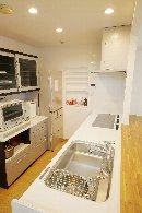 AFTER 動線を工夫することで、キッチンは少し広くなり、対面型オープンキッチンに。