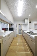 AFTER 従来キッチンがあったところにダストBOXと収納棚、吊り戸棚を設置して、収納力をアップ。