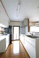 AFTER:キッチンを対面式にすることで、収納力のあるカップボードも設置。