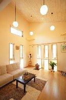 AFTER:玄関を入るとすぐに、天井が高く、光がたっぷり入った、明るいリビングへ。