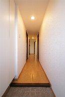 AFTER 玄関収納は、廊下の壁に合わせて白くし、圧迫感をおさえた玄関。