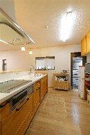 AFTER 無垢材の風合いを生かしたキッチンは、建材メーカーのWOOD ONE ならでは。床材も同メーカーで合わせました。