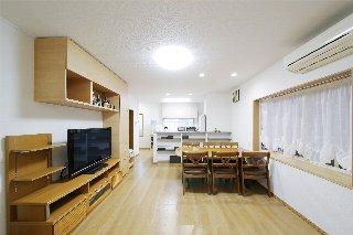 AFTER キッチンカウンター下の棚をつくりつけ、壁面は お手持ちのテレビボードに合わせて、システム収納を設置。テーブルの上の照明はLEDを埋め込んで、天井もすっきり。