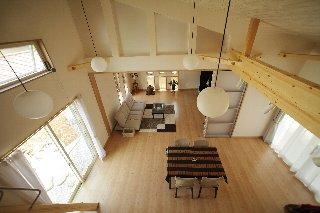 キッチン上部は屋根の傾斜を利用してロフトに。ロフトからは、ダイニング、リビングと、広々とした大空間が見下ろせます。