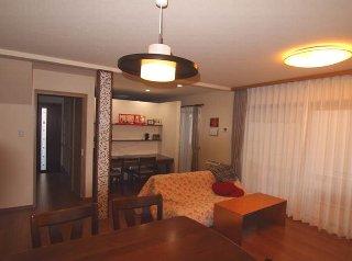 AFTER 和室は、リビング側にスタディデスクを設置。その横から、奥の納戸スペースに行けます。