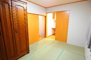 AFTER ご夫婦の寝室である2階の和室。押入れ部分に2畳分増築、棚を設置して、広々としたクローゼットができました。