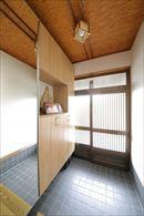 AFTER お手持ちの家具や建具に合わせて、リビングの床は無垢材をイメージした床材を貼っています。