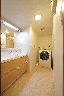 AFTER 収納力のある洗面台に替えて、すっきりとした洗面所。