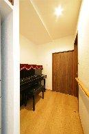 AFTER:和室の一部をリビング側に組み入れて、ピアノの置き場所も確保。