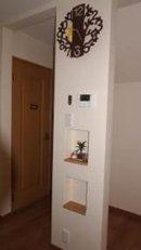AFTER 抜けない柱は少し幅のある壁にして、小さな飾り棚を設置。