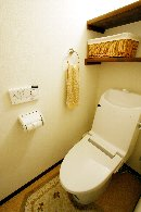 AFTER 温水シャワーがないトイレだったので、機器を入れ替え、収納棚を設置。