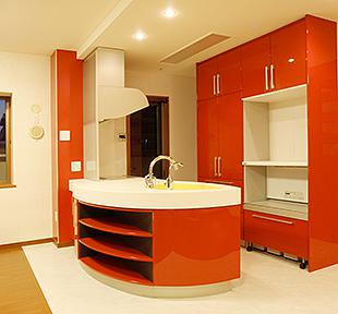 床のキッチン部分は白い石調のフローリングを採用。